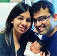 Живущая без секса из-за редкой болезни женщина родила ребенка