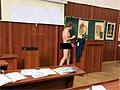 Преподаватель гистологии прямо на лекции разделся догола